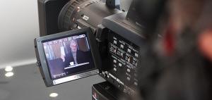 AAA Auto: Zbyněk Meruňka v hledáčku kamery při natáčení spotů pro AAA Auto