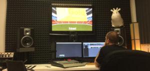 Nahrávání komentářů k videu ve zvukovém studiu